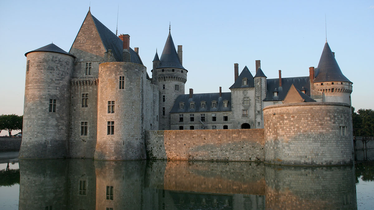Castle Sully, France, courtyard, by Matthias Kabel. Wikimedia Commons.