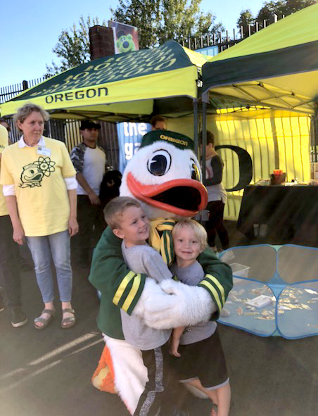 UO Duck hugs children
