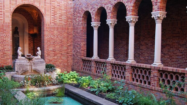 courtyard with arches and fountain at the Jordan Schnitzer Museum of Art